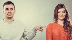 Schuwe vrouw en man zitting op bank Eerste datum royalty-vrije stock afbeeldingen
