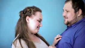 Schuwe vrouwelijke knopen op gelukkig vriendenoverhemd, liefde en zorg, samen, steun royalty-vrije stock afbeeldingen