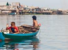 Schwächen nicht identifizierte Jungen auf einem Boot, das auf Tonle schwimmt, See Stockfoto