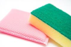 Schwämme für Abwasch auf weißem Hintergrund Stockfoto