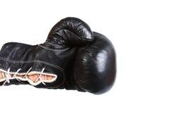 Schwärzen Sie den ledernen Boxerhandschuh, der vom links locht, das auf Weiß lokalisiert wird Stockfotos