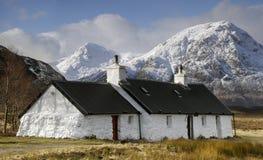 Schwärzen Sie Felsen-Häuschen, Glencoe, Schottland. Stockfotografie