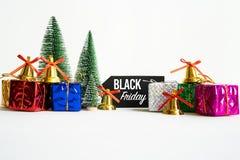 Schwärzen Sie Freitag abschließendes Verkaufstag mit Geschenkbox und Dekoration lizenzfreie stockfotografie