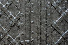 Schwärzen Sie geschmiedete Eisentür für Beschaffenheit oder Hintergrund, alte Architektur des Schlosstorhintergrundes Stockfotografie