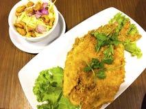 Schwärzen Sie mit einem Band versehenen Königsfischfischrogen zu einem klaren Gelb Es wird mit SP gegessen lizenzfreies stockfoto