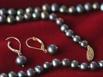 Schwärzen Sie Perlenohrringe stockbilder