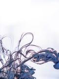 Schwärzen Sie Strudel in einem Wasser auf weißem Hintergrund mit Tinte Die Farbe im Wasser Weiche Verbreitung Tröpfchen der farbi Lizenzfreies Stockfoto