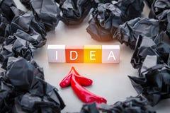 Schwärzen Sie zerknitterten Papierball und roten Pfeil mit Plastikblock mit Lizenzfreie Stockfotos
