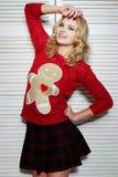 Schwüle Frau in der roten Strickjacke Lizenzfreies Stockfoto