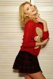 Schwüle Frau in der roten Strickjacke Lizenzfreie Stockfotografie