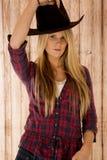 Schwüles blondes Modell, das einen Cowboyhut barnwood Hintergrund trägt Lizenzfreie Stockfotos