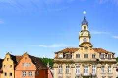 Schwabisch Pasillo - ayuntamiento y aguilón antiguo colorido contiene - monasterio franciscano anterior imagenes de archivo