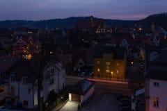 schwaebischgmuendcitylights på den blåa timmen med deepbluehimmel arkivfoton