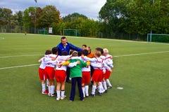 Kinder von BSC SChwalbach Fußball spielend stockbild