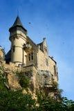 Schwalben, die um Montfort-Schloss fliegen Lizenzfreie Stockbilder