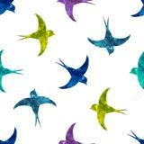 Schwalbenschattenbilder mit buntem Aquarell füllen nahtloses patte Lizenzfreie Stockfotografie