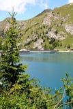 Schwall und Fedaia See in den italienischen Dolomit Stockbilder