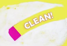Schwamm wäscht Schaum auf einem gelben Hintergrund mit Kopienraum lizenzfreies stockbild