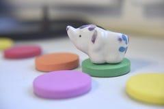 Schwammige flache Einzelteile von verschiedenen Farben auf dem weißen Hintergrund Innen lizenzfreie stockfotografie