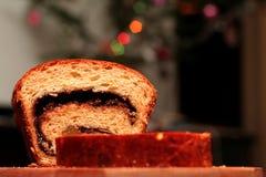 Schwammkuchen auf einem hölzernen Trencher Lizenzfreie Stockfotografie