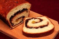 Schwammkuchen auf einem hölzernen Trencher Lizenzfreies Stockbild