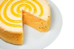 Schwammkuchen auf weißer Platte Stockfotografie