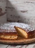 Schwammkuchen der Zitrone über hölzernem Hintergrund Lizenzfreies Stockbild