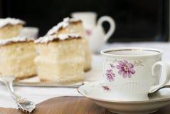 Schwammkuchen mit einem Tasse Kaffee Stockfotos