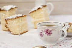 Schwammkuchen mit einem Tasse Kaffee Lizenzfreies Stockfoto