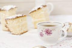 Schwammkuchen mit einem Tasse Kaffee Lizenzfreie Stockfotografie