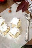 Schwammkuchen mit einer Tasse Tee Stockbild