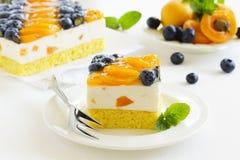 Schwammkuchen mit Jogurtkremeis Lizenzfreie Stockfotografie
