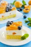 Schwammkuchen mit Jogurtkremeis Lizenzfreie Stockfotos