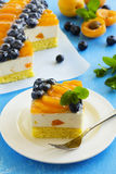 Schwammkuchen mit Jogurtkremeis Stockfotografie
