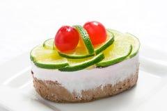Schwammkuchen mit Kalk und süßer Kirsche Stockbild