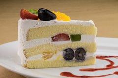 Schwammkuchen mit Mischungsfrucht und -Schlagsahne Stockfoto
