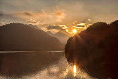 Schwangau See in den Bayern-Alpen gegen Sonnenuntergang, Deutschland Stockfotos