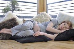 Schwanger und entspannend Stockbild