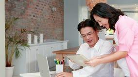 Schwangere asiatische Paare, die zusammen planen