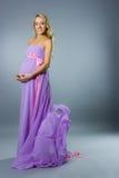Schwangere blonde Frau der Junge Stockbild