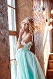 Schwangere blonde Frau der Luxusmode in einem Hochzeitskleid hochzeit Stockbild