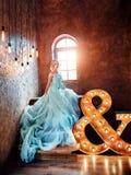 Schwangere blonde Frau der Luxusmode in einem Hochzeitskleid hochzeit Lizenzfreie Stockfotos