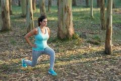 Schwangere Eignungsfrau, welche die Laufleinen im Freien tut lizenzfreies stockfoto