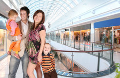 Schwangere Familie im Universalspeicher Stockfotos