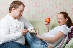 Schwangere Familie. Konzept der gesunden Nahrung. Stockfotos