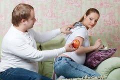 Schwangere Familie. Konzept der gesunden Nahrung. Lizenzfreie Stockfotografie
