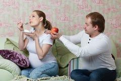 Schwangere Familie. Konzept der gesunden Nahrung. Lizenzfreie Stockbilder