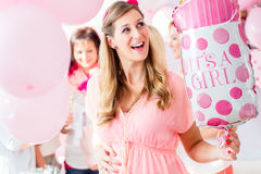 Schwangere Frau auf Babypartypartei Stockfoto