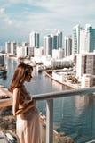 Schwangere Frau auf Balkon Lizenzfreies Stockfoto