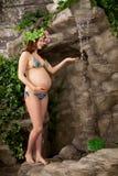 Schwangere Frau auf dem Strand stockbild